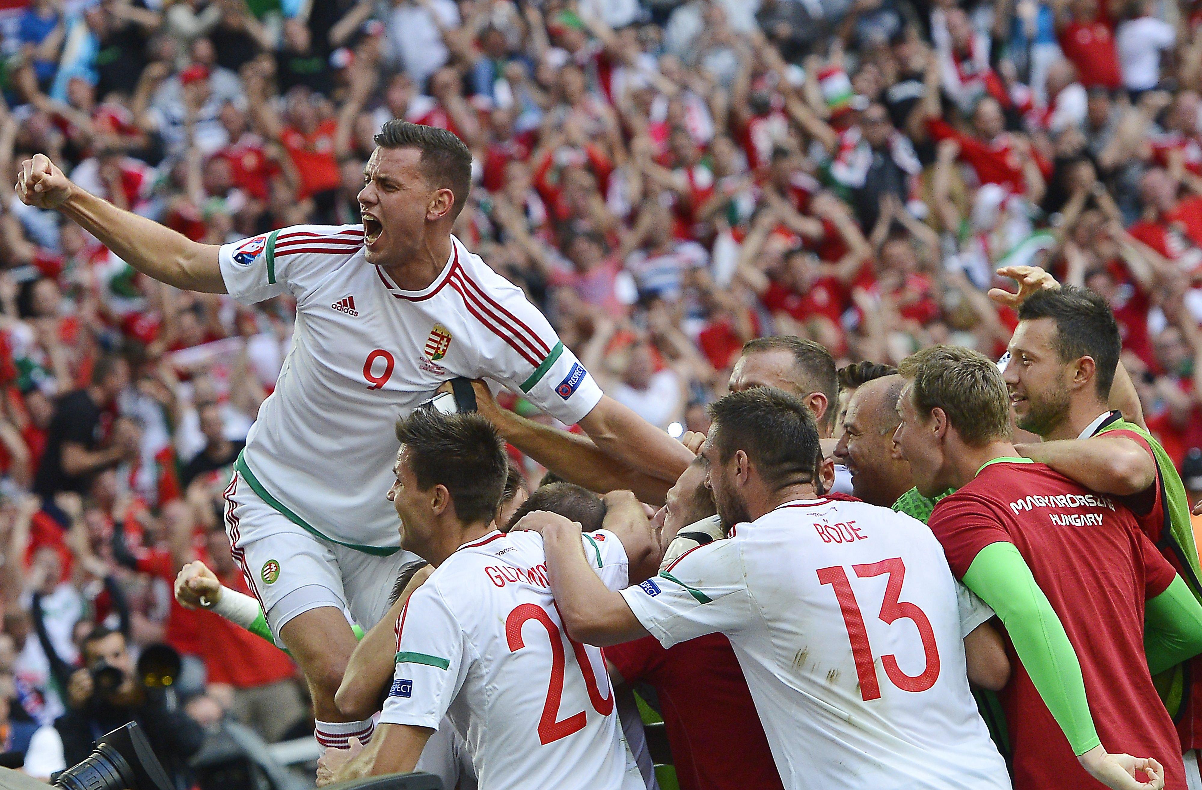 Szalai Ádám (b) és a magyar labdarúgó-válogatott tagjai ünnepelnek, miután 1-1-es döntetlent játszottak a franciaországi labdarúgó Európa-bajnokság F csoportja második fordulójában játszott Izland - Magyarország mérkõzésen. MTI Fotó: Illyés Tibor