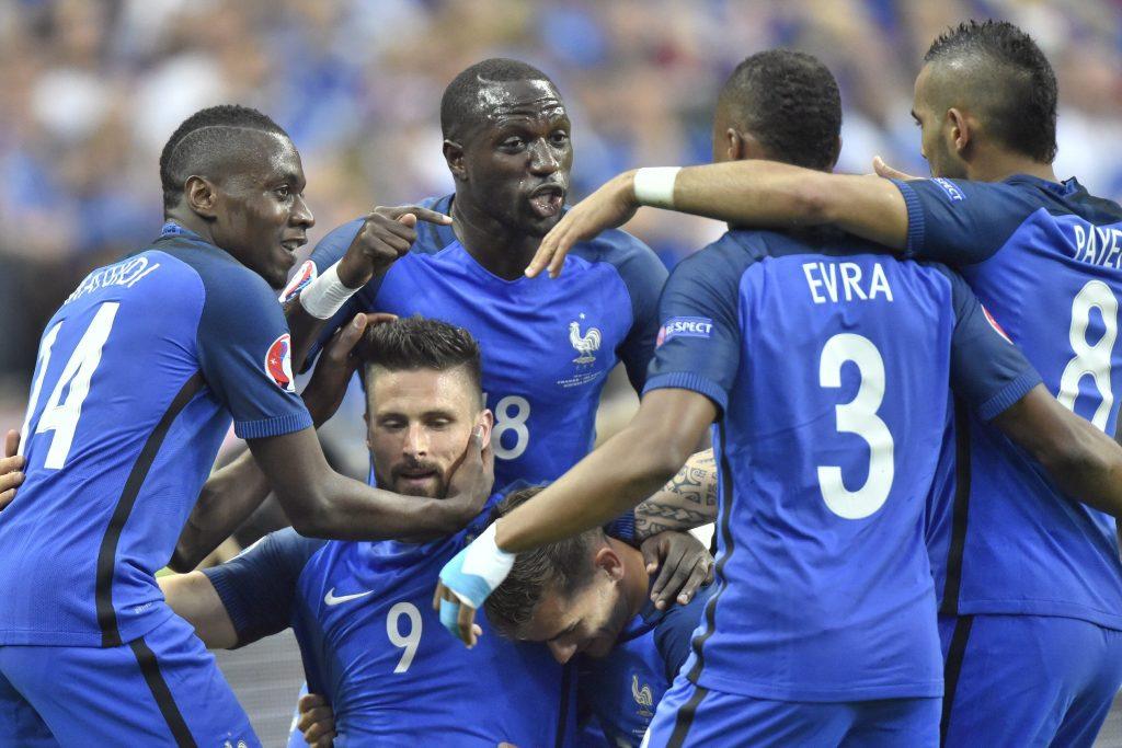Saint-Denis, 2016. július 3. A góllövõ, francia Olivier Giroud (b2, lent) örül csapattársaival a franciaországi labdarúgó Európa-bajnokság negyeddöntõjének Franciaország - Izland mérkõzésén a Saint-Denis-i Stade de France stadionban 2016. július 3-án. MTI Fotó: Illyés Tibor