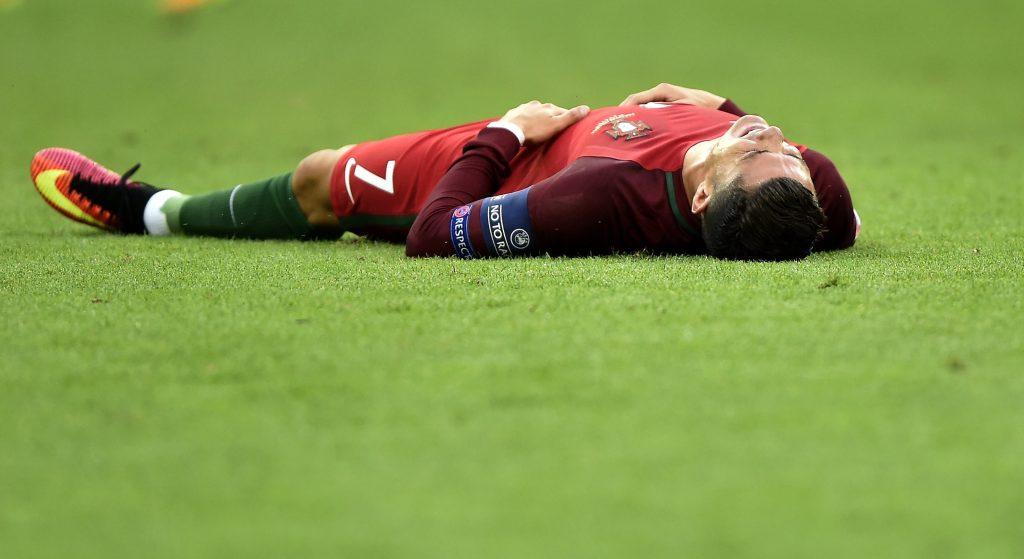 Saint-Denis, 2016. július 10. A sérült portugál Cristiano Ronaldo a franciaországi labdarúgó Európa-bajnokság döntõjében vívott Franciaország - Portugália mérkõzésen a Saint-Denis-i Stade de France stadionban 2016. július 10-én. MTI Fotó: Illyés Tibor